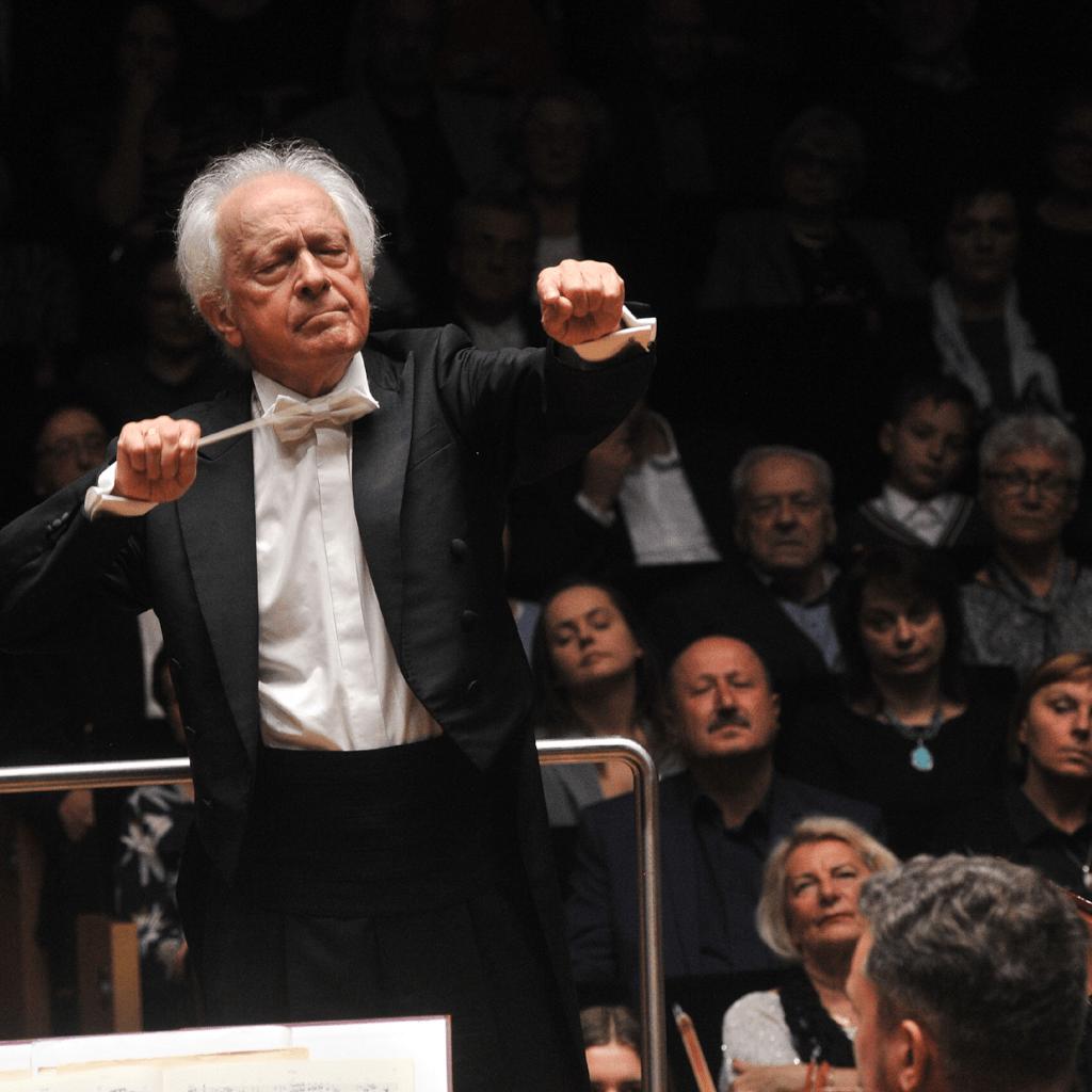 Antonii Wit dyryguje podczas koncertu