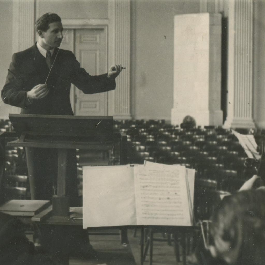 Dyrygent Robert Satanowski w starej sali koncertowej