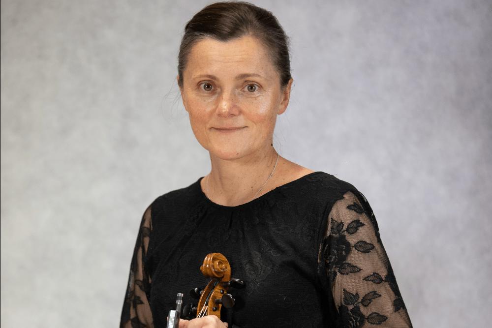 Zdjęcie Agnieszki Garbacz ze skrzypcami i smyczkiem w rękach