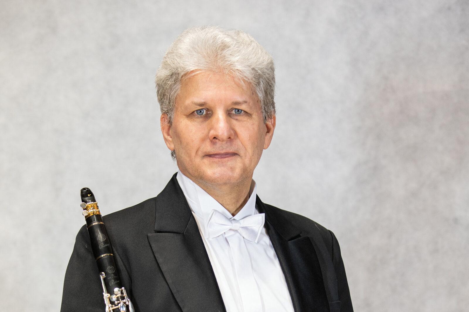 Zdjęcie Andrzeja Schaba z klarnetem na prawym ramieniu