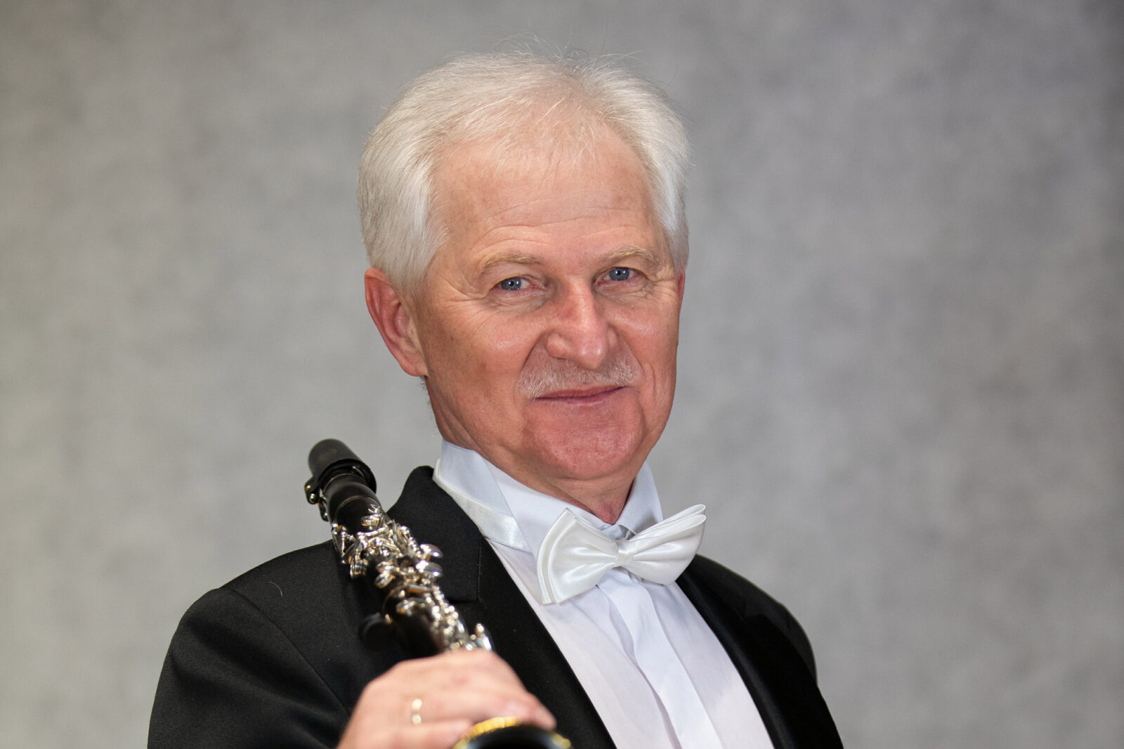 Zdjęcie Dariusza Dąbrowskiego z klarnetem na prawym ramieniu