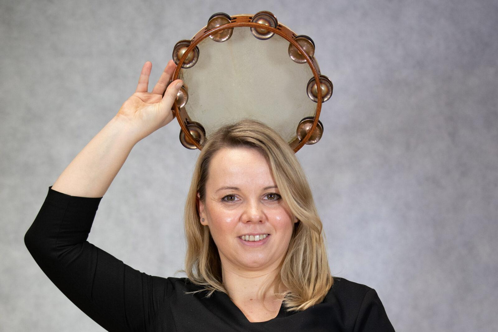 Zdjęcie Ilony Drozd trzymającej tamburyn nad głową