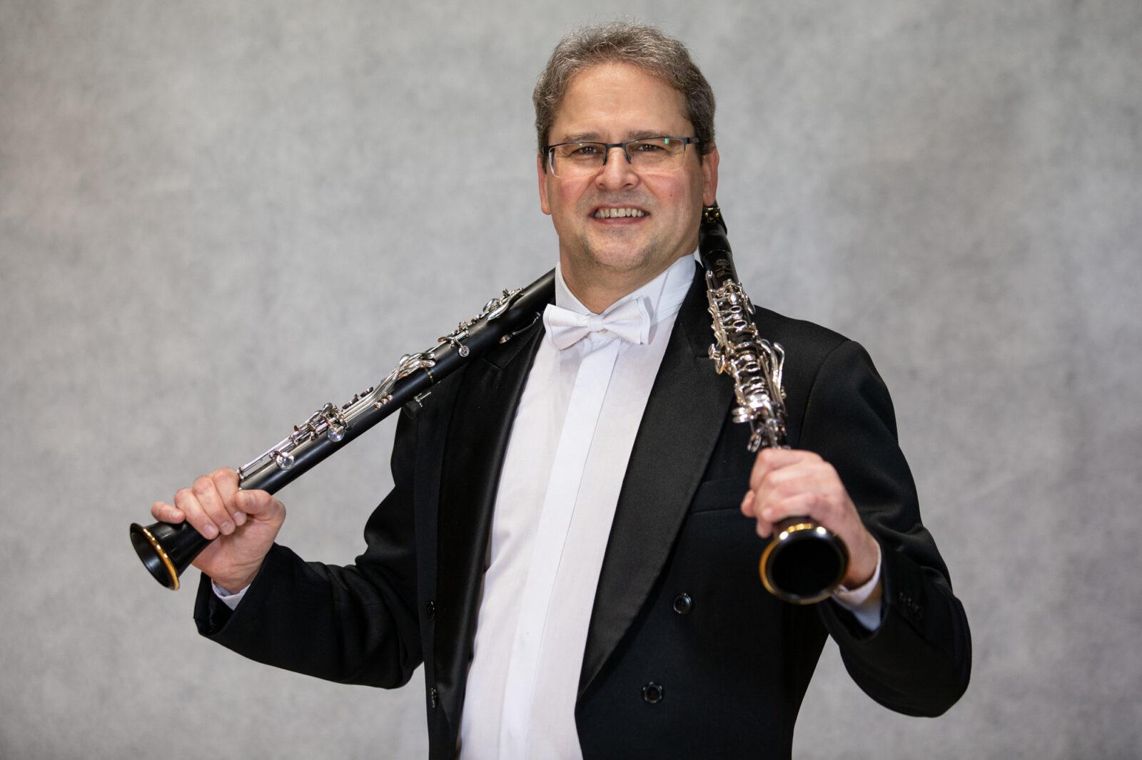 Zdjęcie Jaremiego Zienkowskiego z dwoma klarnetami na każdym ramieniu