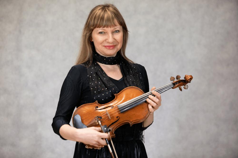 Zdjęcie Magdaleny Piętki-Chmielewskiej ze skrzypcami i smyczkiem w dłoniach