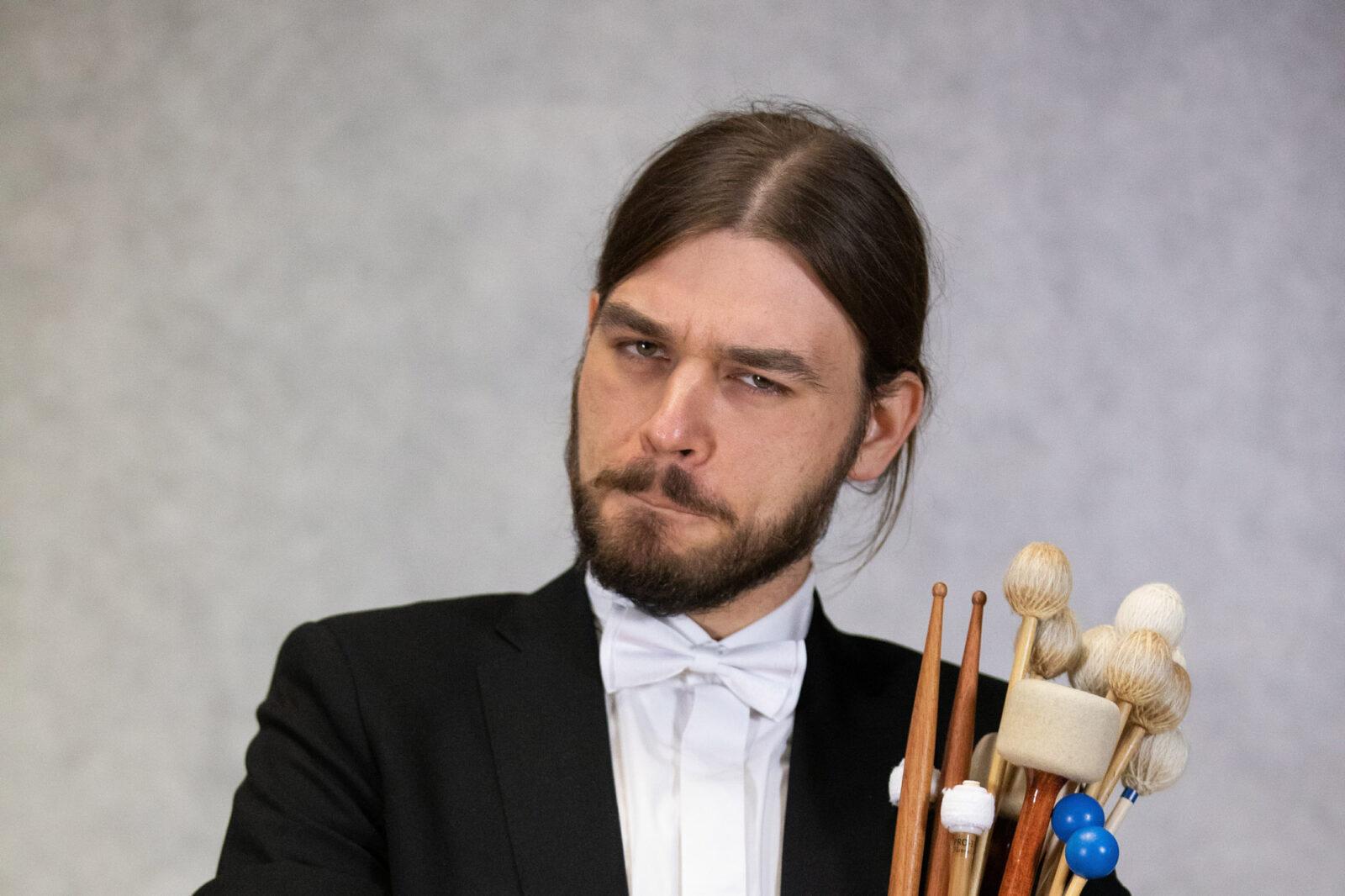 Zdjęcie Stanisława Siedlaczka z zestawem pałek do instrumentów perkusyjnych