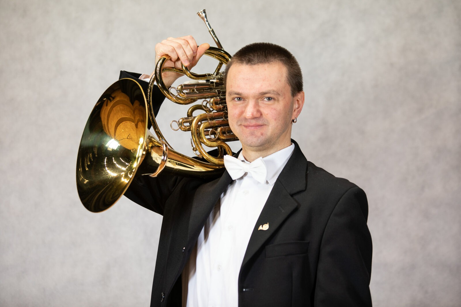 Zdjęcia Vasyla Havryliva z waltornią na ramieniu