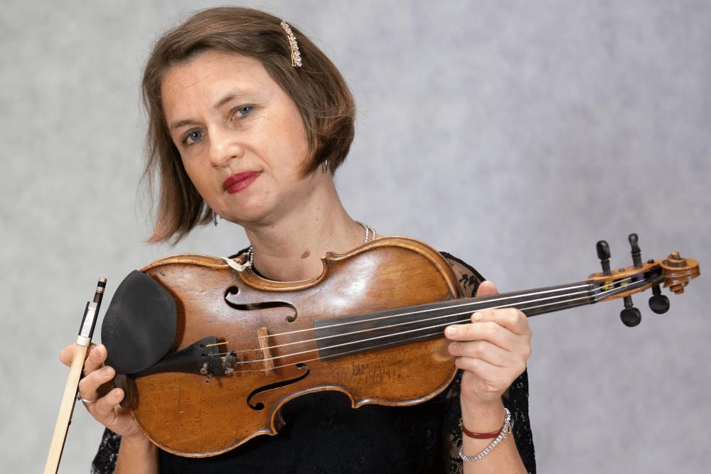 Zdjęcie Luizy Drzazgi ze skrzypcami i smyczkiem w dłoniach