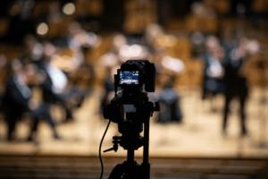 zdjęcie kamery która nagrywa orkiestrę