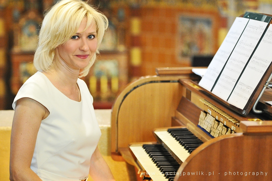 Artystka przy klawiaturze organowej