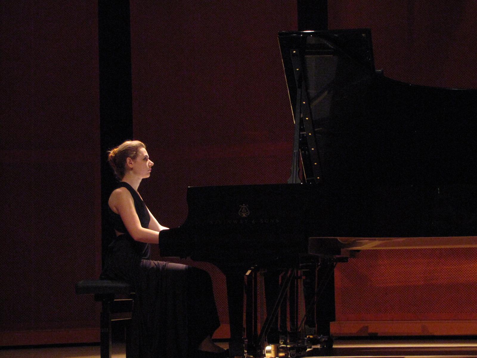 Artystka grająca na fortepianie