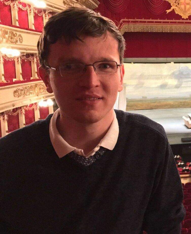 Mężczyzna w sweterku wewnątrz teatru operowego