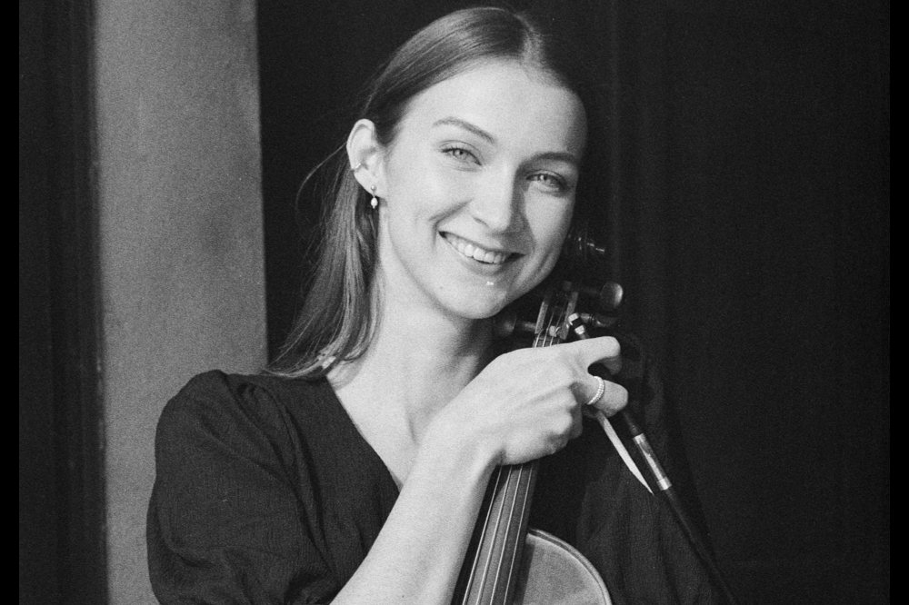 Artysta ze skrzypcami w ręku
